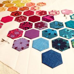 For hexagon hexie quilt - glue baste in place instead of stitching down. If going to quilt all sides of hexie? Hexagon Quilt Pattern, Hexagon Patchwork, Mini Quilt Patterns, Patchwork Ideas, Quilting Tutorials, Quilting Designs, Quilting 101, Hand Quilting, Millefiori Quilts