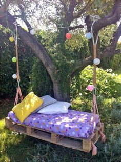 40 DIY Pallet Swing Ideas You can hang a pallet porch swing from the ceiling and enjoy a quite morning coffee. Dangle a pallet swing bench from a sturdy tree in the yard so the kids can Diy Furniture Making, Diy Kids Furniture, Diy Pallet Furniture, Garden Furniture, Furniture Dolly, Furniture Logo, Urban Furniture, Street Furniture, Deco Furniture