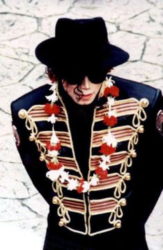 MJ on tour :) Love that outfit!!! And he looks so cute with those flowers round his neck!!!!!!! <3 <3 <3