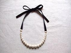 ハンドメイドネックレスです。優しい光沢のコットンパールをリボンで結んでお使いいただく素敵なネックレスです☆パーツ:コットンパール(8ミリ・10ミリ・12ミリ/キスカ)、メタルパーツ長さ:リボン 約39~40㎝×2 (結んでいない状態) * パール(金具含...