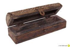 Oud houten doosje met metaalbeslag....