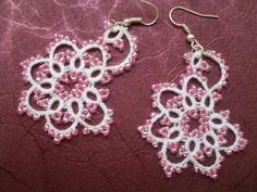 Boucles d'oreille dentelle blanche avec perles rose, boucles d'oreille dentelle frivolite, bijoux faite main, bijoux : Boucles d'oreille par carmentatting