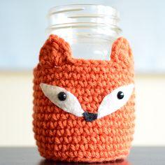 Crochet fox mason jar cozy instructions from Pops de Milk. Crochet Coffee Cozy, Crochet Cozy, Crochet Yarn, Free Crochet, Mason Jar Cozy, Mason Jars, Mug Noel, Knitting Patterns, Crochet Patterns