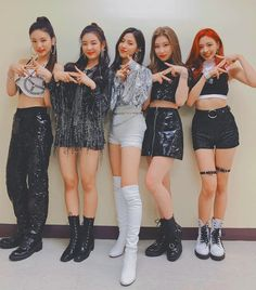 Read ITZY from the story ITZY - all in us - ITZY by Duyn_Seungriseyo (bóng) with reads. Kpop Girl Groups, Korean Girl Groups, Kpop Girls, Kpop Outfits, Dance Outfits, My Girl, Cool Girl, Loona Kim Lip, Wendy Red Velvet