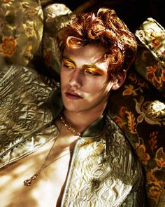 Portrait Photography Inspiration : this looks like simon Pretty People, Beautiful People, Gold Aesthetic, Apollo Aesthetic, Fae Aesthetic, Growing Roses, Art Reference, Photo Reference, Character Inspiration