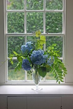 Hate hydrangeas because the mid-summer puff balls are too predictable? Think again. Justine (a native Cape Codder who's seen a lifetime's worth of bright blue) has created an unruly DIY bouquet that even haters can love.