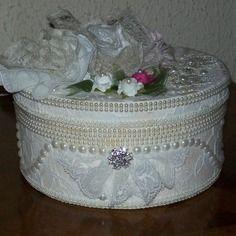 Boite ronde shabby chic vêtue de dentelle écrue de fleurs de strass et de perles