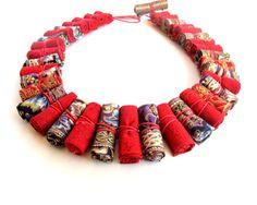 He encontrado este interesante anuncio de Etsy en https://www.etsy.com/es/listing/214356017/statement-modern-tribal-necklace-red