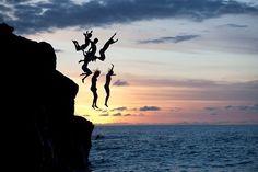 hypätä tuolta kavereideni kanssa