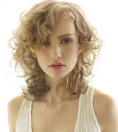 interesting shape for curly hair Long Blonde Curly Hair, Curly Hair Fringe, Blonde Curls, Curly Hair Cuts, Curly Girl, Short Wavy Haircuts, Stylish Haircuts, Trendy Hairstyles, Layered Hairstyles