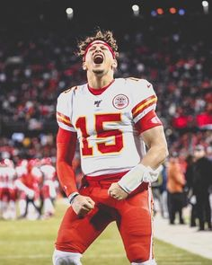 Patrick Mahomes is the first player in NFL history with 300 Pass yards, 50 Rush yards and 5 Pass TD in a playoff game😳 Cute Football Players, Kc Football, American Football Players, Football Memes, College Football, Kansas City Chiefs Shirts, Bae, Nfl History, Soccer