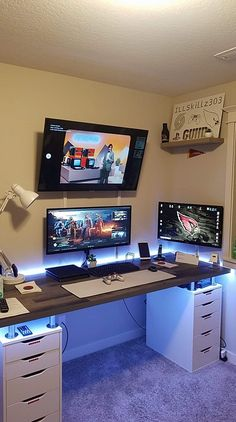 Console and PC Gaming Setup With White Lighting - Zimmer ideen - investment Computer Desk Setup, Gaming Room Setup, Pc Setup, Computer Gaming Room, Gaming Rooms, Gaming Chair Pc, Ikea Gaming Desk, Computer Room Decor, Chaise Gaming