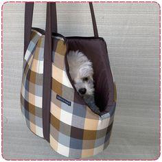 Bolsas super práticas, super lindas e super estilosas para carregar seus amores, vulgo seus bichinhos S2 S2 Posso falar isso, pois vou com a minha lindinha (Pitchuka) pra cima e pra baixo e ela sempre esteve bem a vontade Quando ela vê que a gente vai sair, já vai pulando para dentro da bolsinha... Dog Sling, Dog Carrier Bag, Dog Purse, Pet Bag, Pet Fashion, Chihuahua Puppies, Dog Sweaters, Cool Pets, Dog Accessories