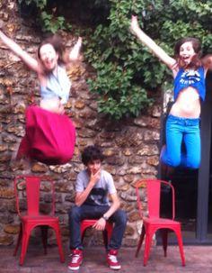 Toujours aussi créatif et coloré, ce trio jumpeur à Boulogne Billancourt, France. http://www.artofthejump.com/jump/mariemilanlena
