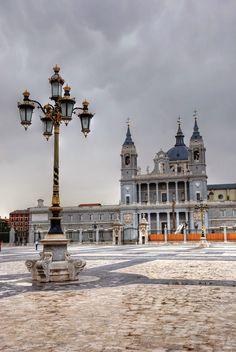 Catedral de la Almudena desde la plaza de la Armería