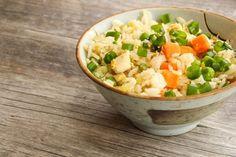 Prepara arroz frito de la forma más sana. | 14 Comidas deliciosas que puedes llevar en tupper Arroz Frito, Cantaloupe, Potato Salad, Potatoes, Favorite Recipes, Fruit, Ethnic Recipes, Shape, World