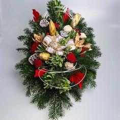Pietny aranžmán zo živej čečiny, sušín a dekorácie v červeno-bielej farbe. Christmas Wreaths, Holiday Decor, Home Decor, Decoration Home, Room Decor, Home Interior Design, Home Decoration, Interior Design