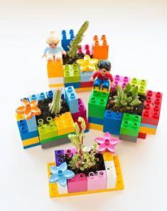 Hoy os traemos 4 maceteros originales para hacer con los niños e incentivarlos a entrar en el mundo de la jardinería, una actividad con la que pueden aprender mucho y les dará muchas satisfacciones. H