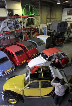 ♥restores a variety of 2CV-based vehicles including vans and vehicles dating back to the 1950s