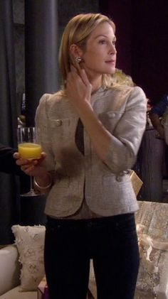 Gossip Girl Season 1x17 • Woman on the Verge • Lily Gossip Girls, Gossip Girl Seasons, Gossip Girl Outfits, Gossip Girl Fashion, Kelly Rutherford Style, Preppy Fall, Melrose Place, Teacher Outfits, Faux Fur Jacket