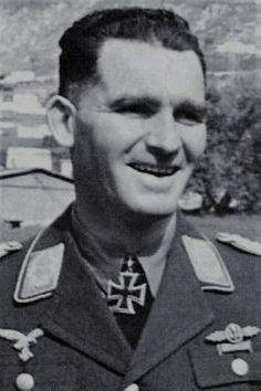 """Major Georg Christl (1913-1991), Ritterkreuz 18.03.1942 als Hauptmann und Kommandeur III./Zerstörergeschwader 26 """"Horst Wessel"""" ✠ 7 Luftsiege. Zerstörte ferner sieben Panzer."""