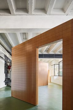 In this duotone apartment, there are different partition elements that never reach the walls or the ceiling.