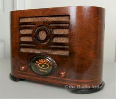 Radio companies didn't produce many oval shaped radios. That's because the cost to manufacture a completely oval cabin. Antiques Near Me, Antiques For Sale, Selling Antiques, Antique Phone, Antique Radio, Emerson Radio, Tesla Logo, Radio Antigua, Radios