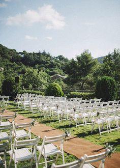 Wedding Planner: Detallerie. Ceremonia en el jardín con sillas de tijera blancas y pomos de flores. Ceremony at the garden with white wood chairs and flower  little bouquets.