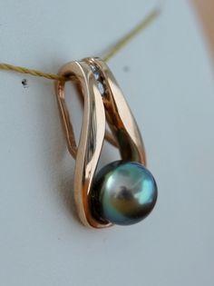 to go with the rose gold earrings, natch.  14K Rosé Gold pendant with gorgeous Cortez cultured Pearl and diamonds - Perlas Shop - Perlas del Mar de Cortez