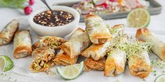 Slik steker du sprø vårruller i ovnen Thai Recipes, Fresh Rolls, Starters, Tapas, Potato Salad, Buffet, Smoothie, Food And Drink, Vegetables