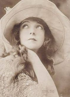 Lilian Gish was a huge star during the silent film era and was given the distinctive title of First Lady Of The Cinema. First Lady Of The Cinema Dorothy Gish, Lillian Gish, Classic Actresses, Classic Films, Look Vintage, Vintage Beauty, Vintage Ladies, Silent Film Stars, Movie Stars