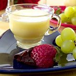 Valentinpannacotta - Recept http://www.dansukker.se/se/recept/valentinpannacotta-2.aspx Den klassiska pannacottan får genast något romantiskt över sig med de chokladdoppade jordgubbarna #valentines #strawberries