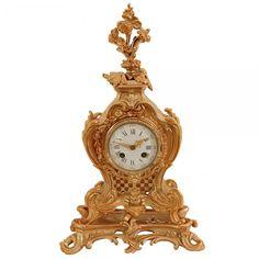 Relógio francês em bronze, com patina dourada, de estilo Luis XV. Mostrador esmaltado com números em