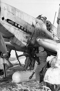 [Photo] German crew working on a Ju 87 Stuka aircraft in the field, Russia…