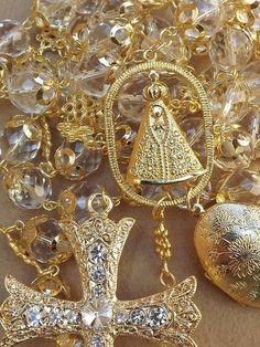 Terço confeccionado com cristal lapidado jablonex transparente,tulipas folheadas tiborg, banho ouro ( dourado),relicário bordado frente e verso,entremeios em formato de flor dourados,Save Rainha medalha de nossa Senhora de Aparecida,crucifixo com rivolis e strass oktante swarovski. Relicário:5x4 crucifixo: 9x6 medalha Aparecida: 4x3 R$ 285,00