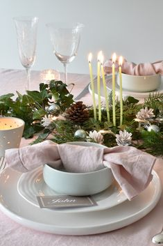 Subtle chalky pink textured table linens complimented with fresh garden foliage for a natural, sustainable table setting Pink Christmas Decorations, Colorful Christmas Tree, Christmas Table Settings, Christmas Tablescapes, Green Christmas, Decor Scandinavian, Linen Napkins, Geometry Art, Sacred Geometry