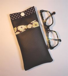 Etui à lunettes simili cuir marron intérieur marron pois blancs noeud liberty Toria chocolat : Etuis, mini sacs par mademoiselle-rose