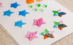 O legal é misturar todas as cores da caixinha de tinta guache, para criar efeitos únicos. Faça o mesmo processo com todos os legumes. Foto: Edu Cesar