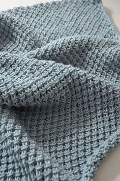 Et luftig og mykt babyteppe som går fort å strikke.