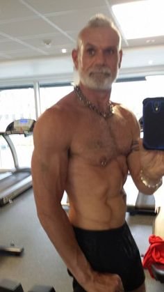 Fabrice Tremblay does a shirtless gym mirror selfie