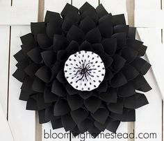 Today I'm sharing this super easy DIY Halloween Wreath tutorial. I love how classy it turned out. :) This wreath is super easy and affo. Diy Spring Wreath, Diy Wreath, Tulle Wreath, Wreath Ideas, Modern Halloween, Cute Halloween, Diy Paper, Paper Crafts, Paper Mesh