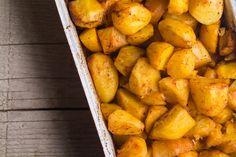 Aprende a preparar unas originales patatas asadas con miel. Quedan tiernas y ligeramente agridulces. Te contamos la receta paso a paso.