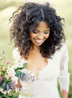 So check out these stunning natural curly bridal hair ideas! Curly Bridal Hair, Bridesmaid Hair Curly, Curly Hair Styles, Natural Hair Styles, Pelo Afro, Wedding Makeup Looks, Wedding Hair Pieces, Hair Wedding, Wedding Dresses