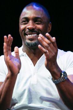 Louvado seja Idris. | 27 fotos de Idris Elba para te ajudar a enfrentar o dia de hoje
