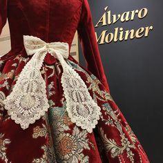 Marca los detalles , flock bordado por Haz que sea perfecto Beautiful Dolls, Traditional Outfits, Doll Clothes, Vintage Fashion, Gowns, Embroidery, Silk, My Style, Fashion Design