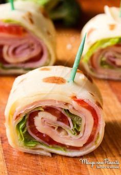 Petiscos de Verão - Enroladinho de Presunto com Queijo e Salada. Para ver a receita, clique na imagem para ir ao Manga com PImenta.