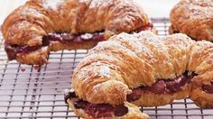 Enjoy these croissants flavored with cherry preserves and chocolate - ready in 20 minutes. Brunch Recipes, Breakfast Recipes, Snack Recipes, Dessert Recipes, Breakfast Ideas, Breakfast Time, Snacks, Cookie Desserts, Just Desserts
