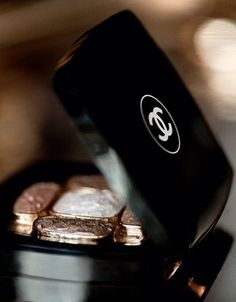 via la parisienne - chanel makeup Now that's just pretty! I love Chanel and this photo makes me love it even more! Chanel Beauty, Chanel Makeup, Kiss Makeup, Chanel Fashion, Beauty Bar, Fashion Beauty, Hair Makeup, Hair Beauty, Chanel Eyeshadow