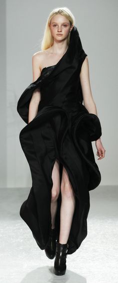 Sculptural Fashion - black panelled dress with elegant sculpted shape // Justin Chu