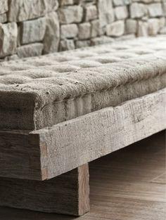 French mattress (looks a bit like burlap fabric but canvas drop cloth would work better for me) on rustic frame is a nice inspiration piece for crafters. Wabi Sabi, Mountain Villa, Interior Modern, Interior Design, Decoration, Upholstery, Sweet Home, House Design, Pure Products